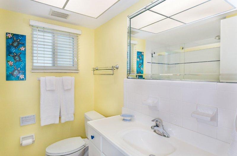 Baño de invitados tiene bañera con ducha