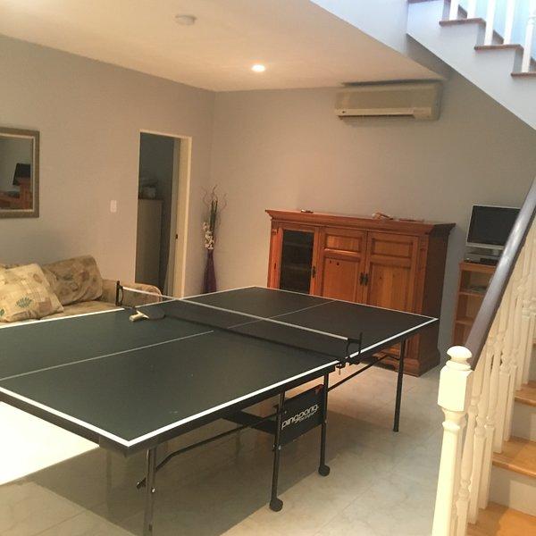 sala de juegos con mesa de ping pong para el tiempo de diversión familiar.