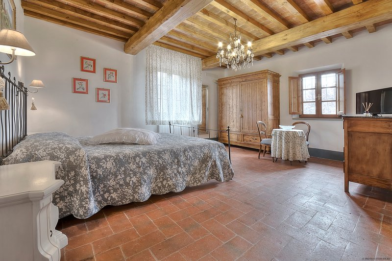 Charming Room in the Chianti countryside, vacation rental in Lucardo
