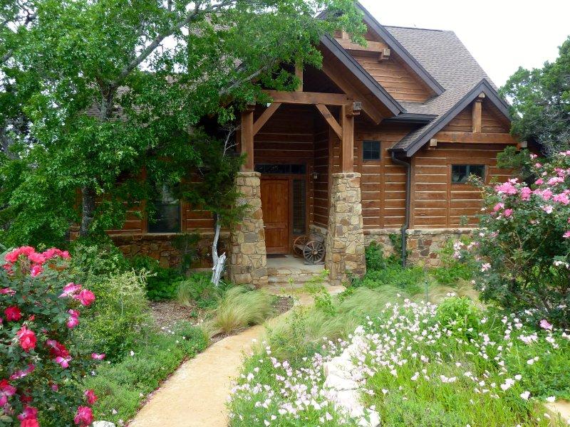 Scenic Luxury Home at Hollows Residential Resort, Lake Travis, Pet Friendly, alquiler vacacional en Jonestown