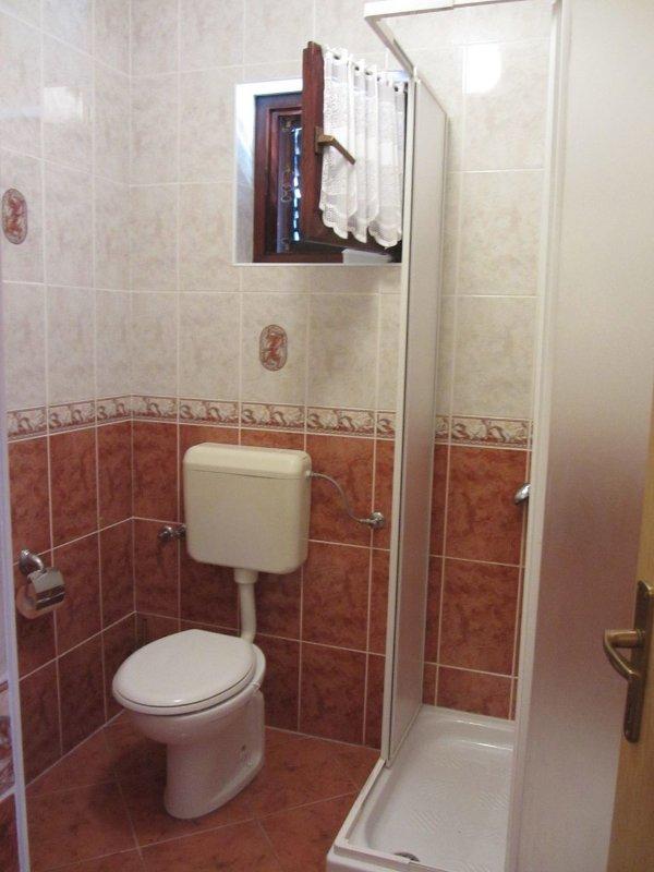 SA6(2): bathroom with toilet