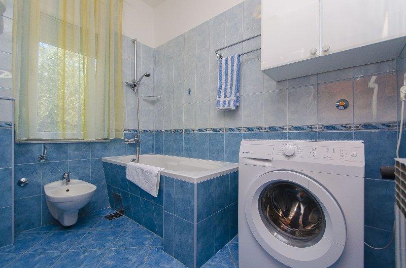 A4(8+1): bathroom with toilet
