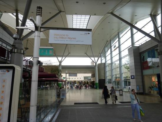 A sólo cinco minutos en coche de thecentre: centro comercial MK y Intu