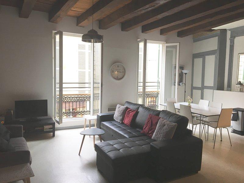 área de grande sala de estar mostrando vigas expostas