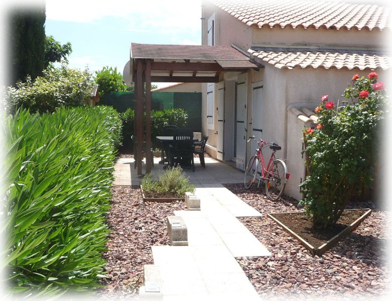Villa ZorhaBellha climatisée 2 étoiles avec jardin à 3km de la mer, holiday rental in Mireval