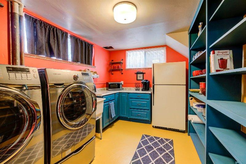 Que no puede amar a una zona de cocina con un piso de color amarillo, estanterías abiertas, y lavadero !?