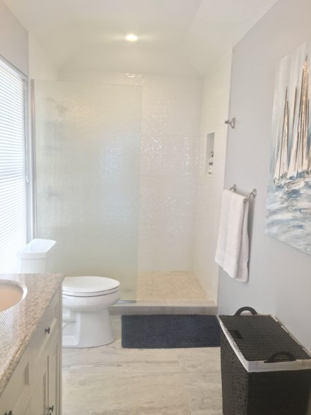 Hermoso cuarto de baño de esta habitación tiene tocador doble y ducha grande.