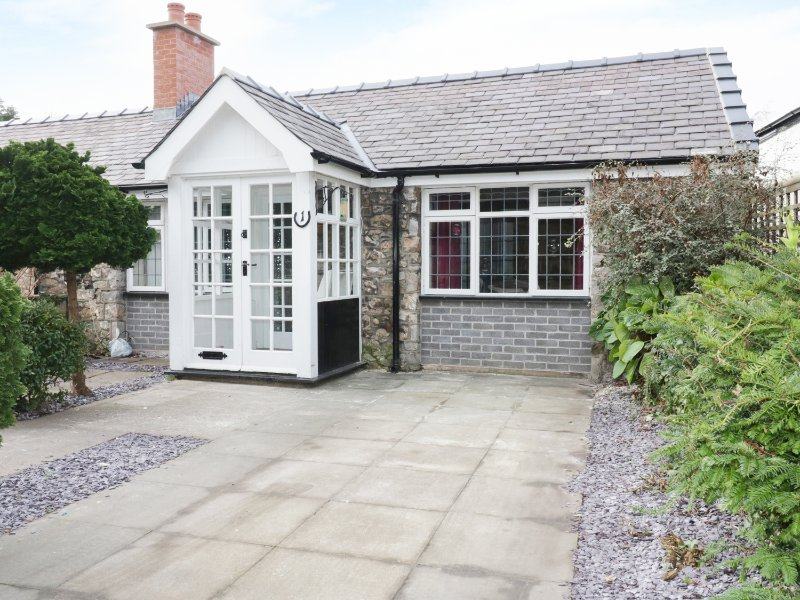 1 NEW INN TERRACE, cosy retreat, pet friendly, lovely touring base, Ref 973415, holiday rental in Gronant