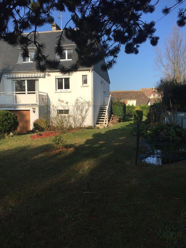 Maison de 100m2 situé au coeur de bernires sur mer, vue mer, grd jardin attenant, location de vacances à Courseulles-sur-Mer