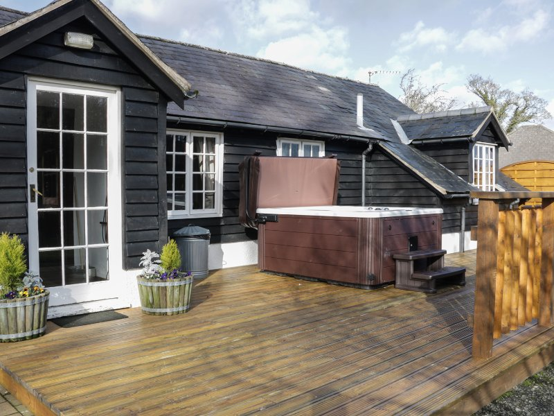 THE STABLINGS COTTAGE next to golf course, canal and woodlands in Newtown Ref, vacation rental in Kerry