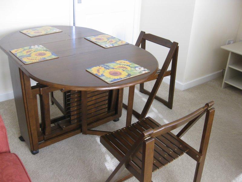 Mesa dobrável de jantar na sala de estar