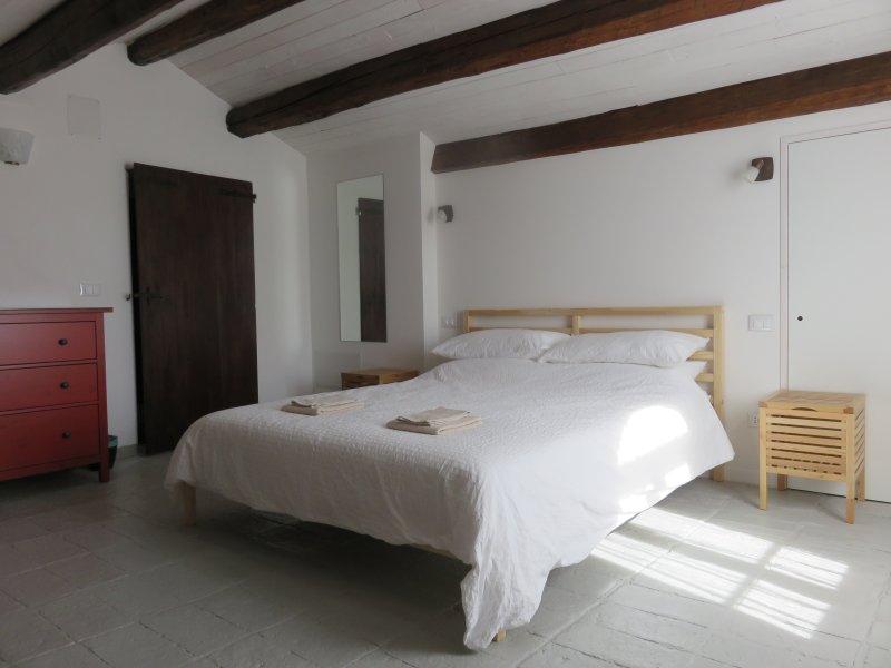Den ljusa och luftiga kung sovrum