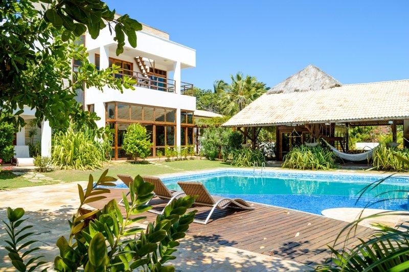 Grande piscine, jardin et salle de fitness