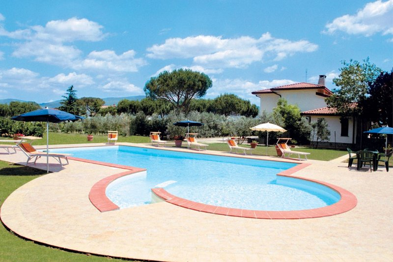 Camucia-Monsigliolo Villa Sleeps 12 with Pool - 5490344, vacation rental in Montecchio