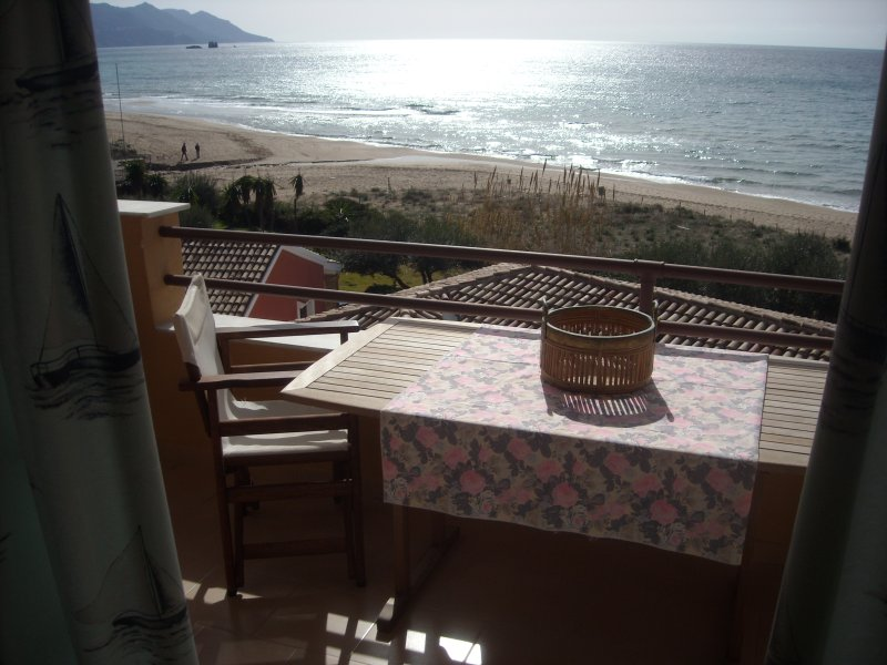 Menigos 76 Apartment 1st floor, sea view 40 m from the beach, casa vacanza a Glyfada