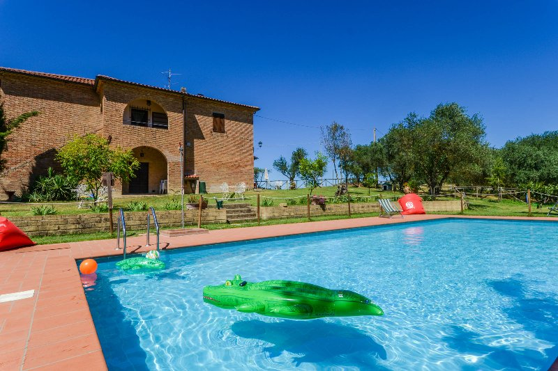 Big house with private pool at 3km from village near the Trasimeno lake, holiday rental in Castiglione del Lago