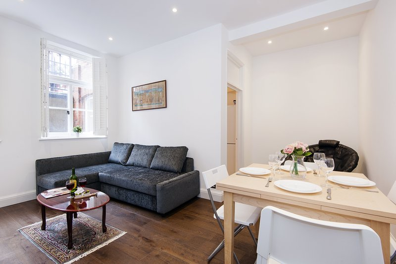 Lovely Collingham Gardens Apartment - DA01, holiday rental in Kew