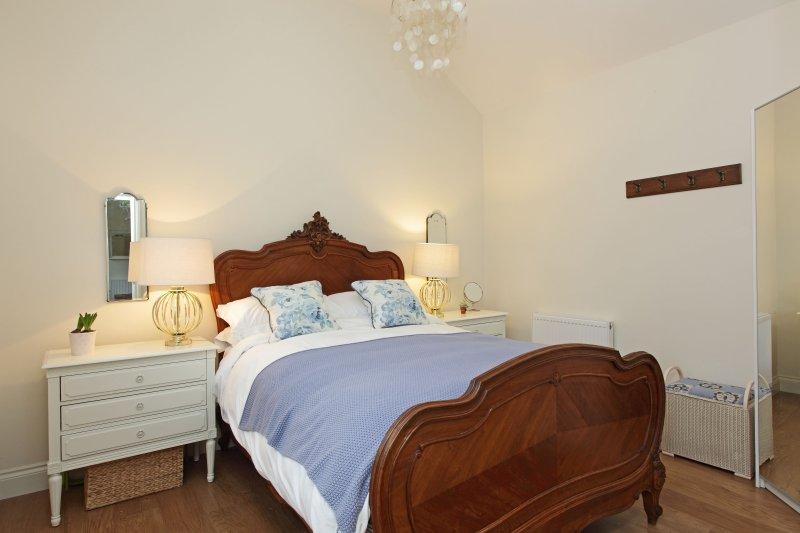 lit antique king size avec matelas de haute qualité et une literie