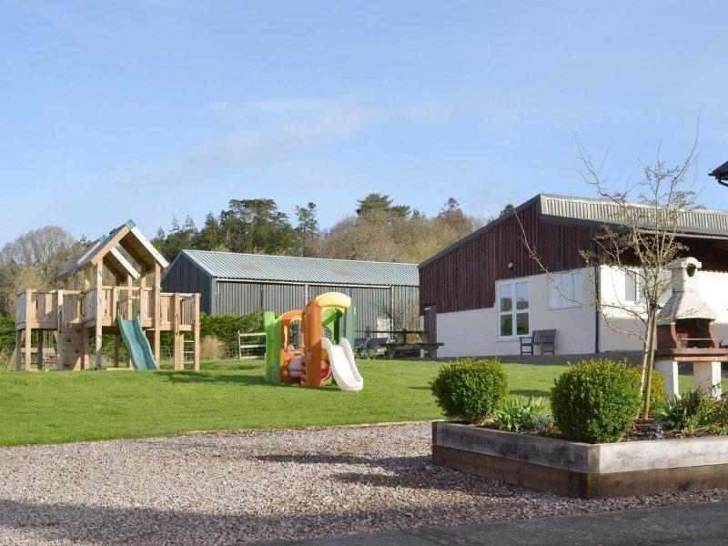 aire de jeux en plein air, barbecue en plein air et une piscine intérieure et jeux de construction chambre