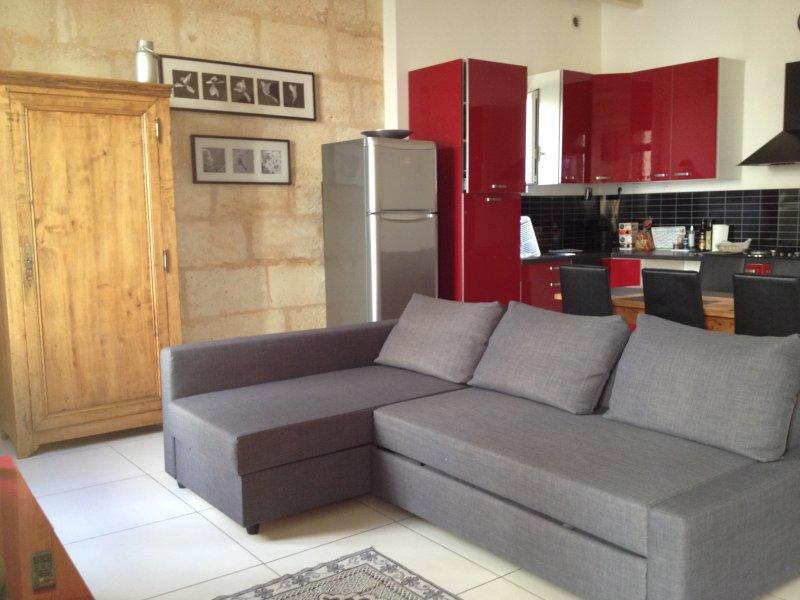 Maison de ville, entièrement rénovée, 8 personnes, holiday rental in Berson