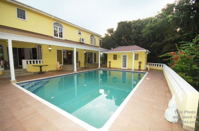 Sleeps 8 3 king and 1 Queen 3 minutes to beautiful beaches