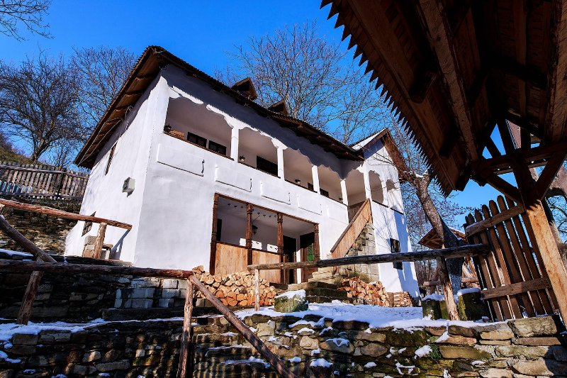 CONACUL MĂNTESCU, NOBLE 100 YEARS OLD RESTORED HOUSE, holiday rental in Magura