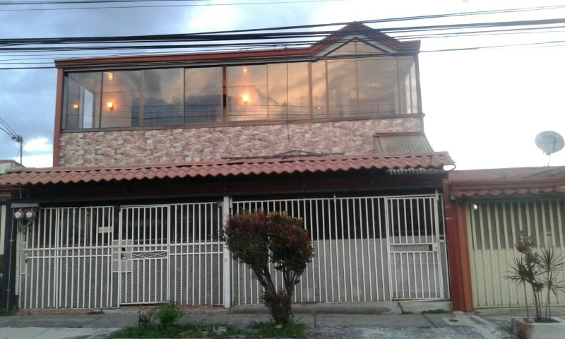 Entire house, new furniture, 15min from airport., location de vacances à San José