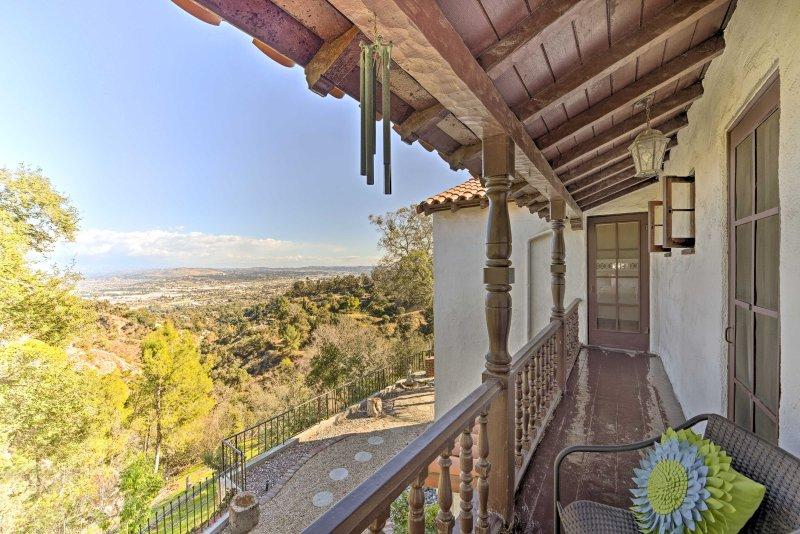 Nehmen Sie in dem malerischen Becken von Los Angeles Blick vom Balkon.