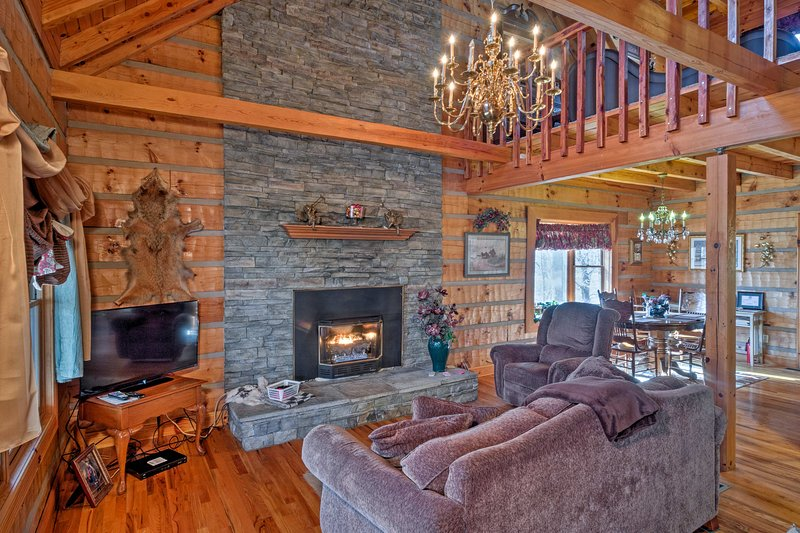 Come and enjoy the serenity and beauty of Russell Springs from 'Cabin on the Hill,' a 3-bedroom, 2-bathroom authentic log cabin!