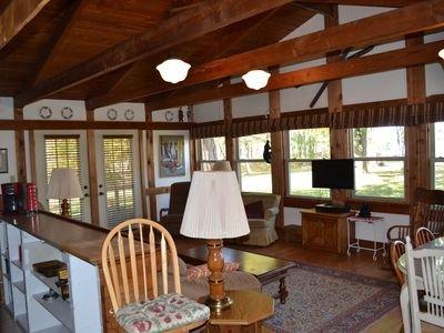 Salon / salle à manger et cuisine tout espace ouvert avec vue sur le lac