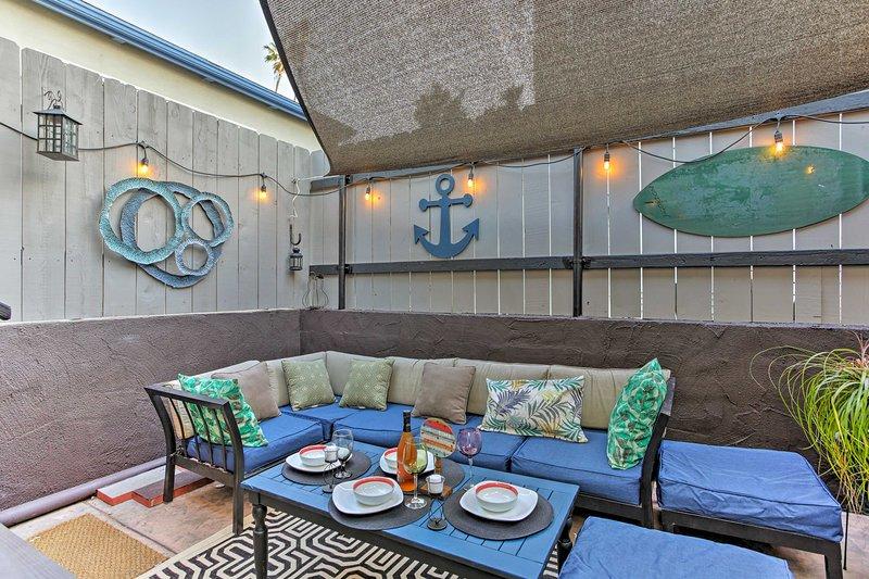 La decoración náutica buen gusto realza el ambiente de estilo cabaña de playa.