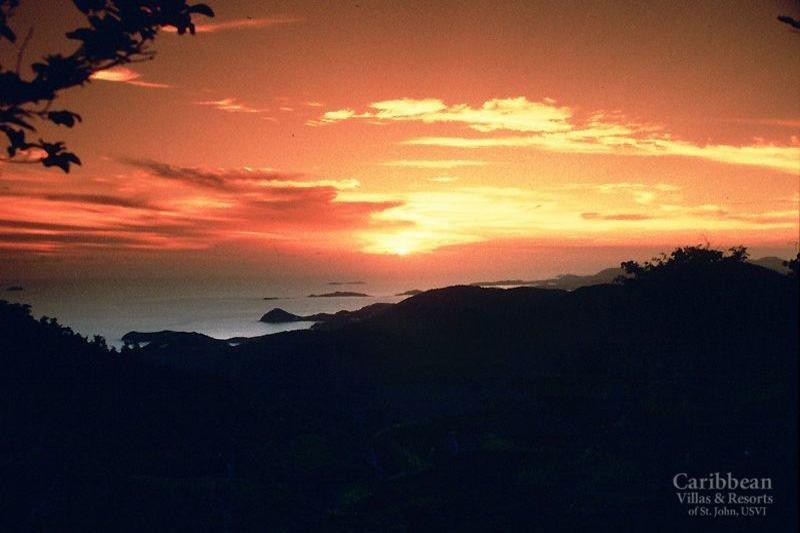 Verso le 18 la vista di sud-ovest si accende con i colori brillanti di un tramonto caraibico. (Novembre 2018)