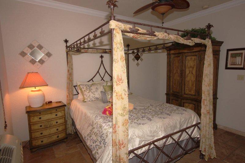 El dormitorio inferior izquierda, con a / c, y un televisor en el armario