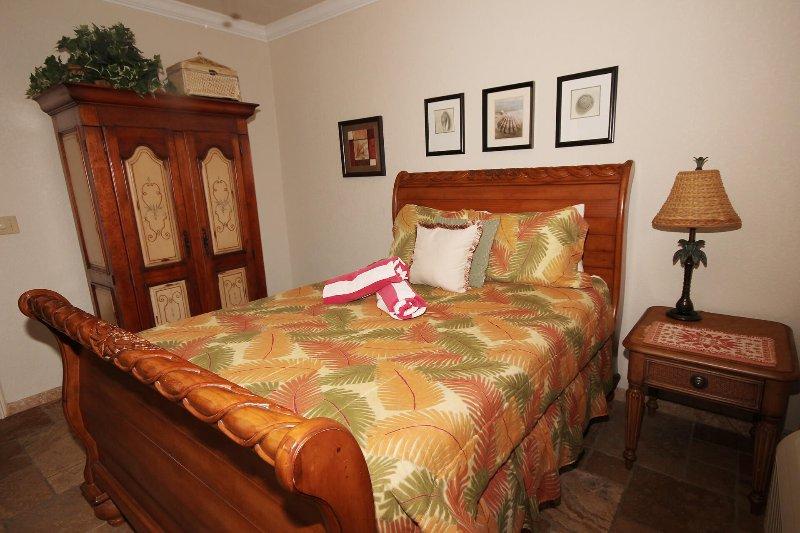 El dormitorio inferior derecha también tiene a / c & a la TV en el armario