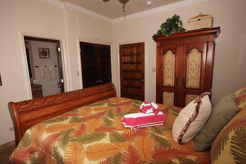 La disposición más baja dormitorio derecha es la imagen especular de la habitación izquierda