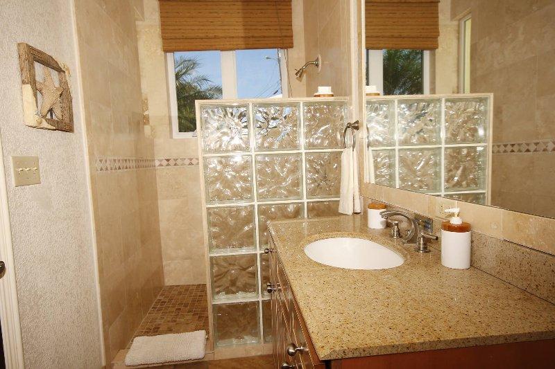 Los dos baños inferiores son iguales en tamaño y diseño