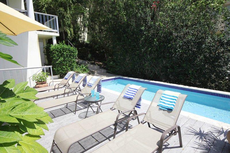 Un exuberante paisaje crea un entorno semi-privado para la piscina y la cubierta