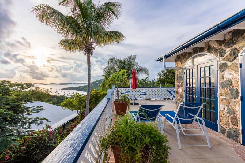 Imagínese relajante aquí ... mirando a la vista bajo el árbol de palma se mecen