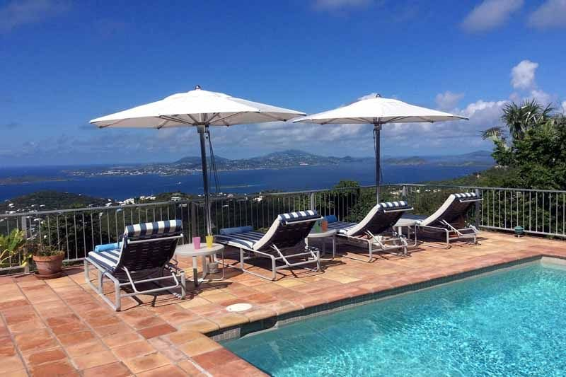 Votre vue imprenable de Palm Villa - Une paire de qualité marine Tuuci parapluies européens ont été ajoutés à la plate-forme pour fournir un endroit ombragé pour se détendre sur cette terrasse de la piscine très ensoleillée