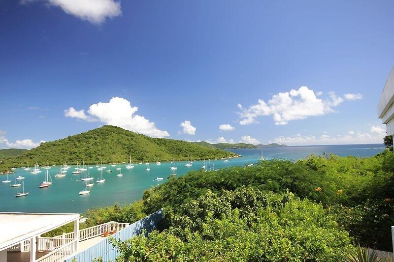 La vue de votre terrasse couverte offre une vue sur le port pittoresque de Coral Bay