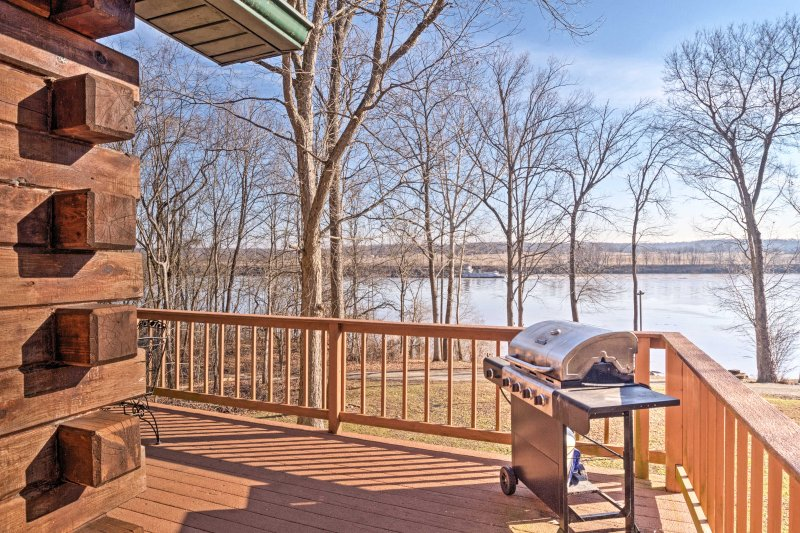 Magnet Cabin w/Hot Tub - Steps to Ohio River!, holiday rental in Brandenburg
