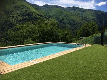 Beautiful chalet with shared pool, holiday rental in Lumino