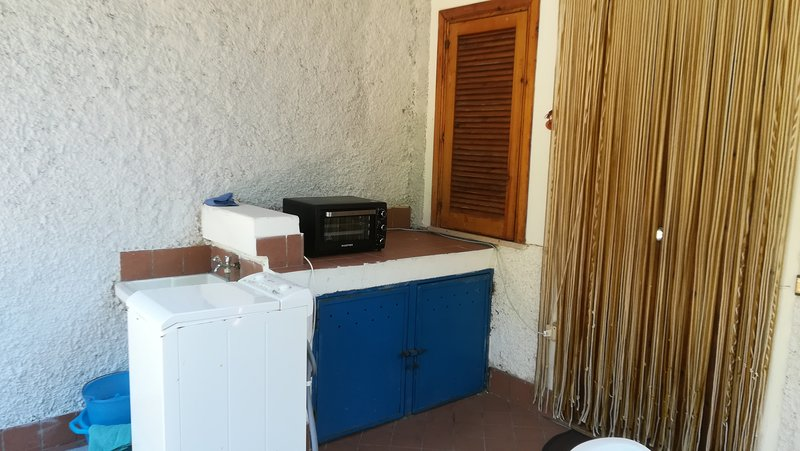 porta da máquina de lavar roupa forno frente e pia.