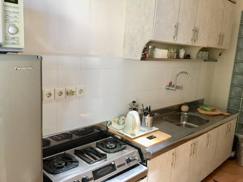 cuisine rénovée, tout confort, congélateur plein réfrigérateur, micro-ondes, plaque de cuisson à gaz, mixeur, grille-pain, etc.