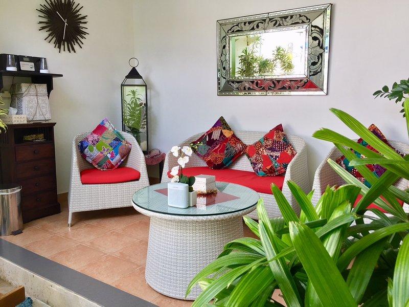 Surface extérieure, lecteur CD, ventilateur de plafond, Distributeur d'eau, Porte en verre à la cuisine, piscine Perspectives