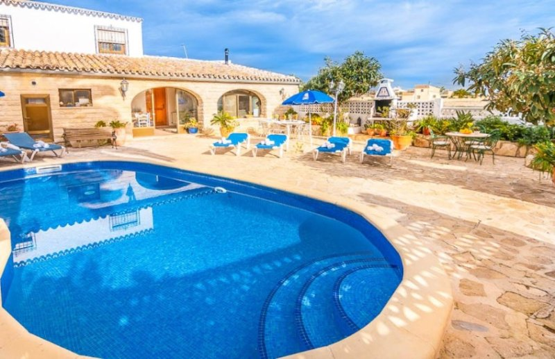 Spacious villa with swimming-pool, holiday rental in Canor