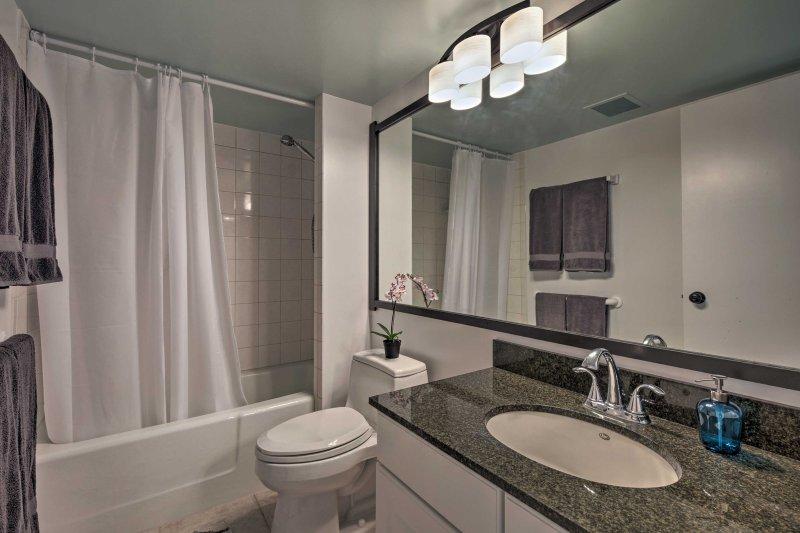 Risciacquare nel primo bagno completo con doccia / vasca combinata accanto alla cucina.
