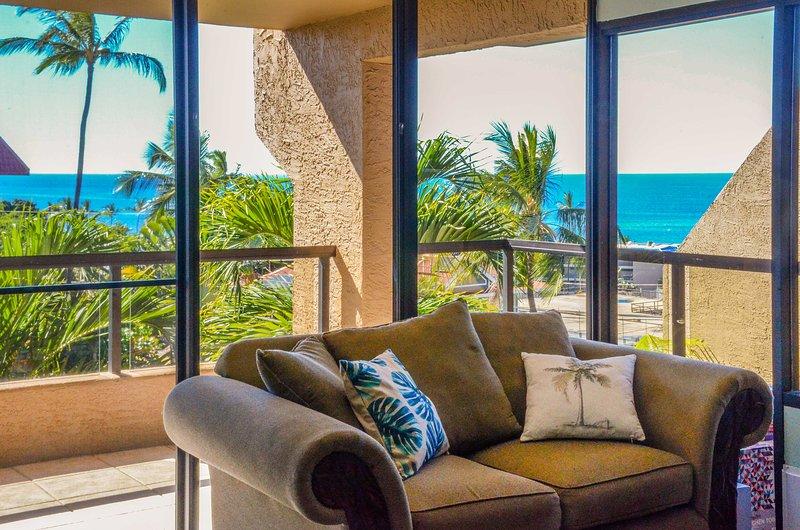 Godetevi la vista mozzafiato sull'oceano dalla veranda privata in questo 2 camere da letto, 3 bagni condo in affitto a Kailua-Kona!