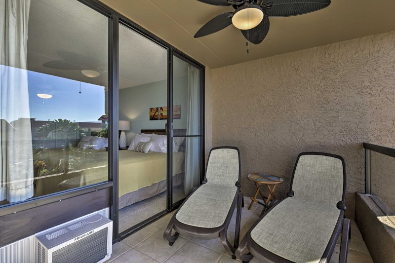 Il patio vanta comode sedie reclinabili.