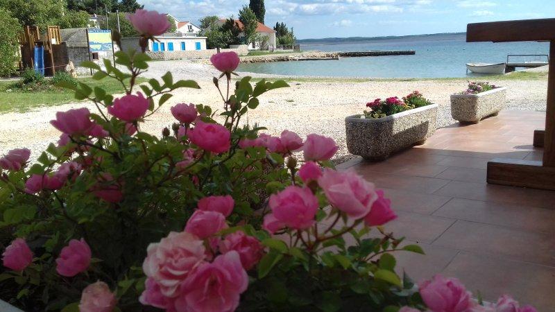 Beautiful apt with terrace & Wifi, location de vacances à Tribanj